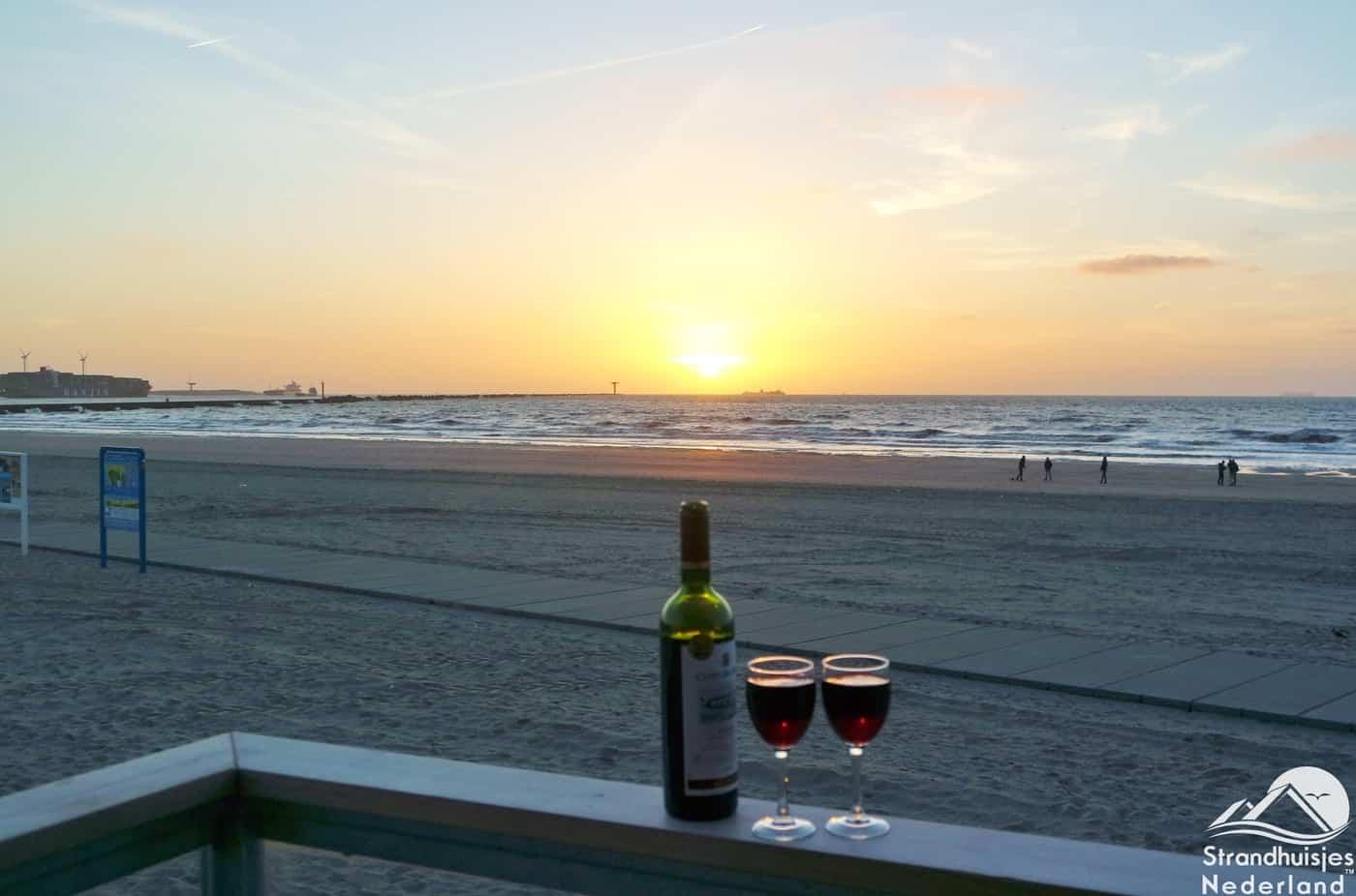 Rode-wijn-zonsondergang-en-uw-eigen-strandterras...-1