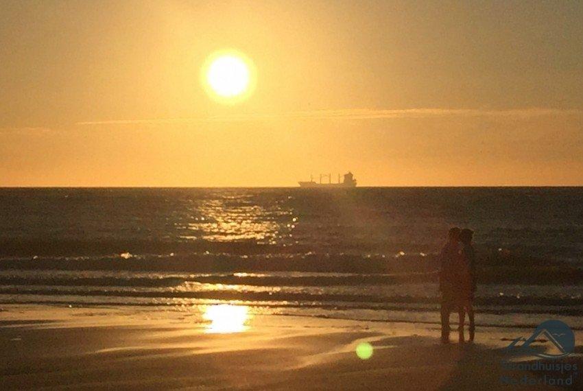 Verliefd stel zonsondergang Zeeuwse strand