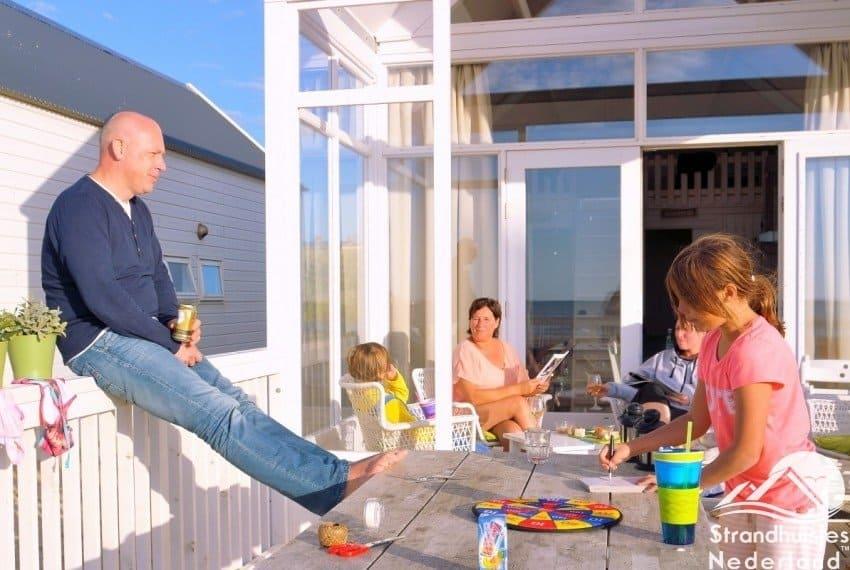 Gezelligheid bij kusthuisjes Katwijk