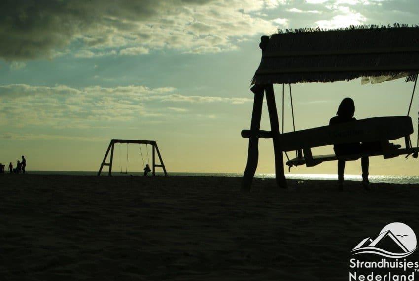 Kinderen spelen kusthuisjes Katwijk