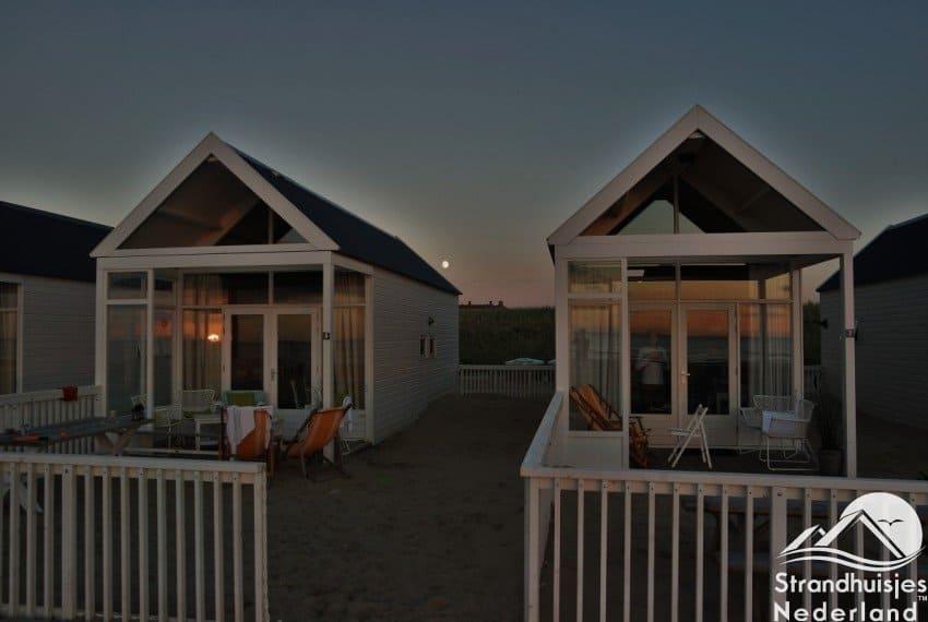 strandhuisjes kusthuisjes Katwijk bij zonsondergang
