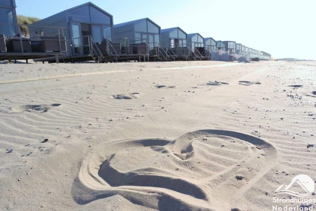 Hartje in zand bij Slaapzand strandhuisjes