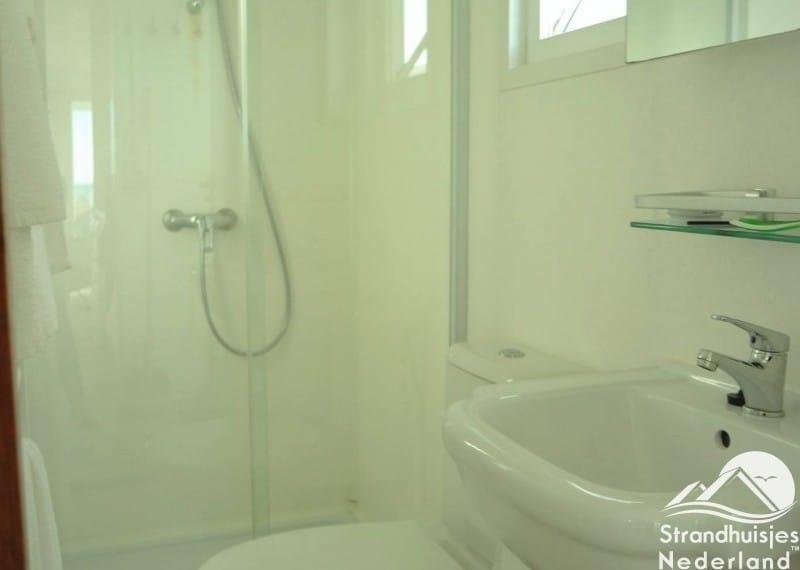 Badkamer met douche en toilet strandhuisjes Key West Katwijk aan Zee