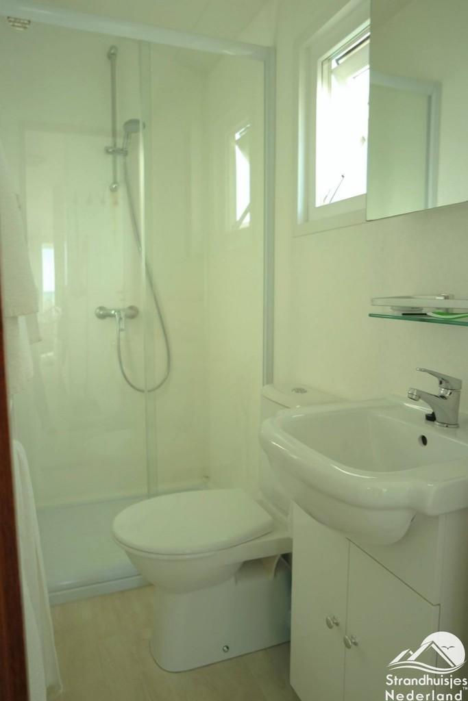 badkamer met douche en toilet strandhuisjes key west katwijk aan zee strandhuisjenl