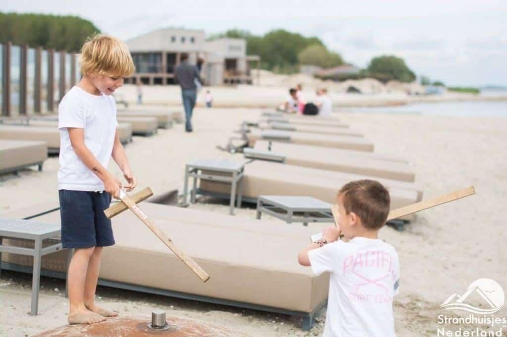 Spelen op strand bij Punt-West vakantiepark