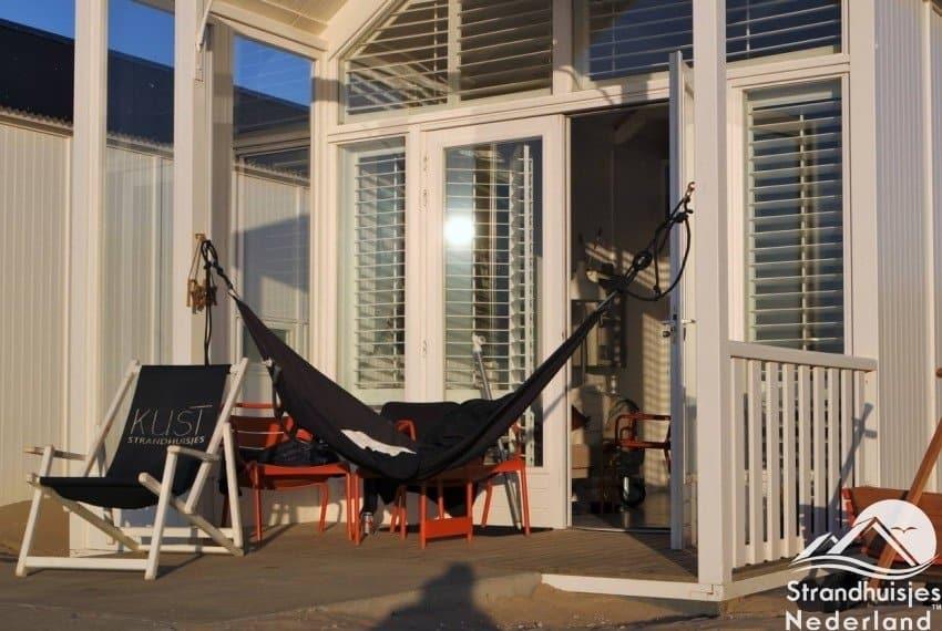 Lekker hangen op je terras bij Kust strandhuisjes