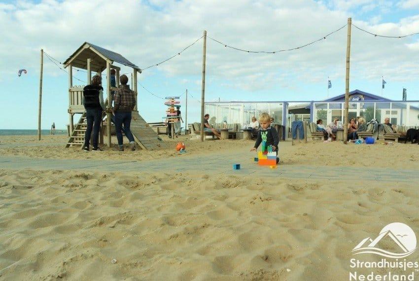 Strandpaviljoen is vlakbij de strandhuisjes...