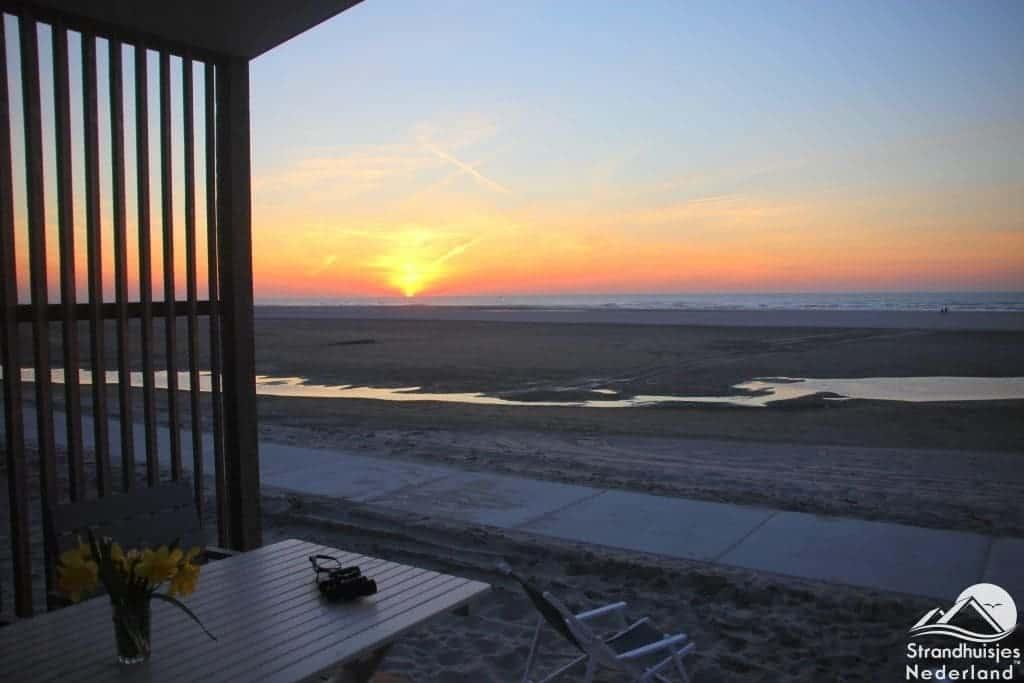 Zonsondergang vanuit huisje