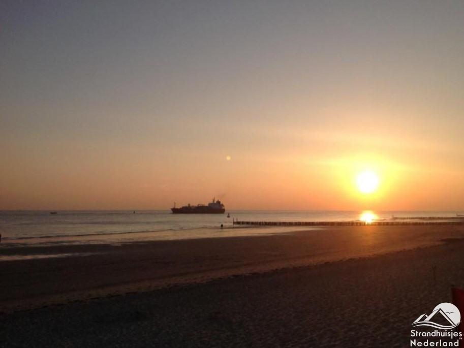 Zonsondergang strandhuisje Westduin 113