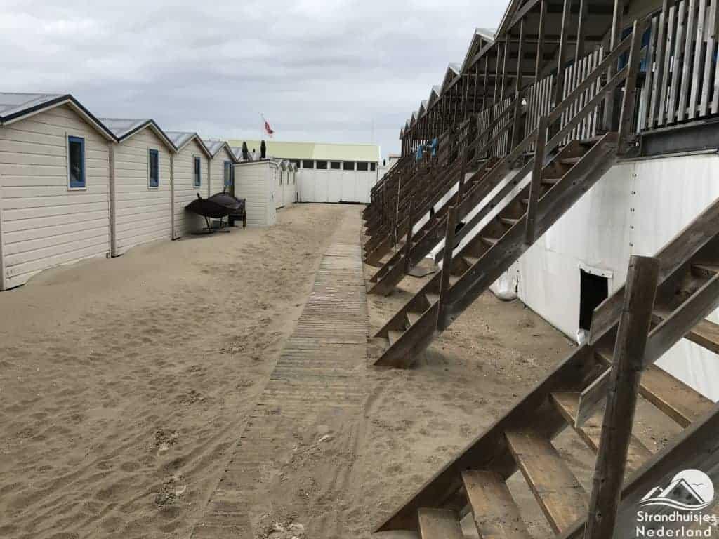 Tweede rij strandhuisjes is hoger