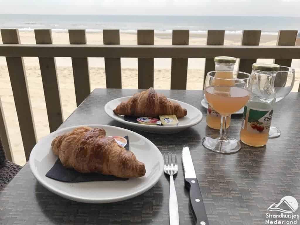 Ontbijt bij het strandhuisje