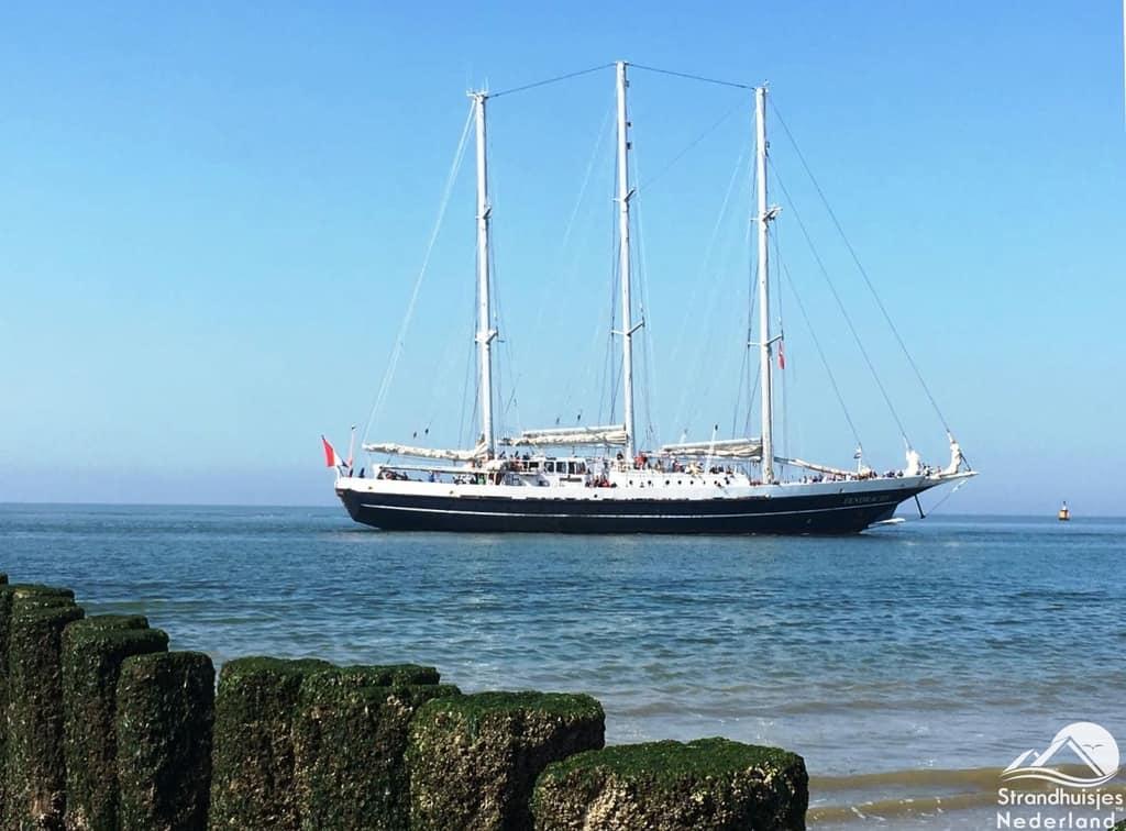 Grote schepen varen dichtbij zee Dishoek