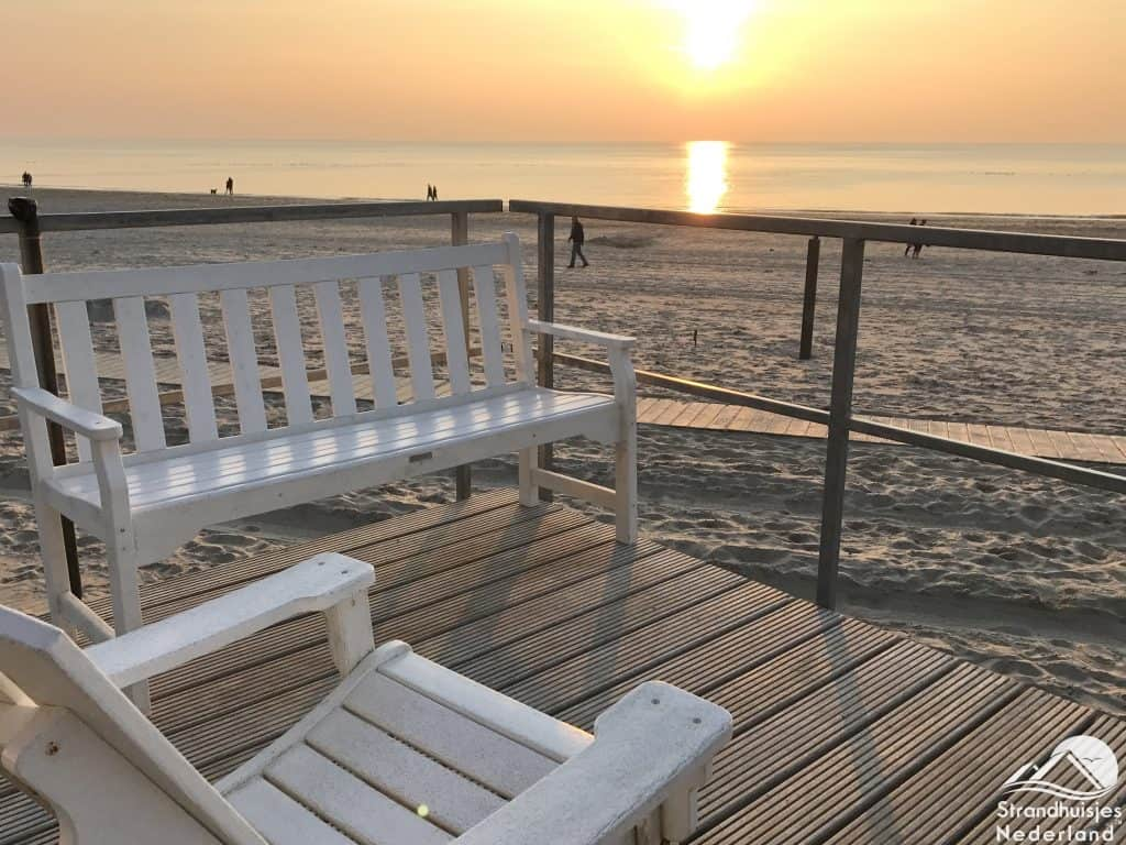 Zonsondergang strandterras strandhuisje Julianadorp
