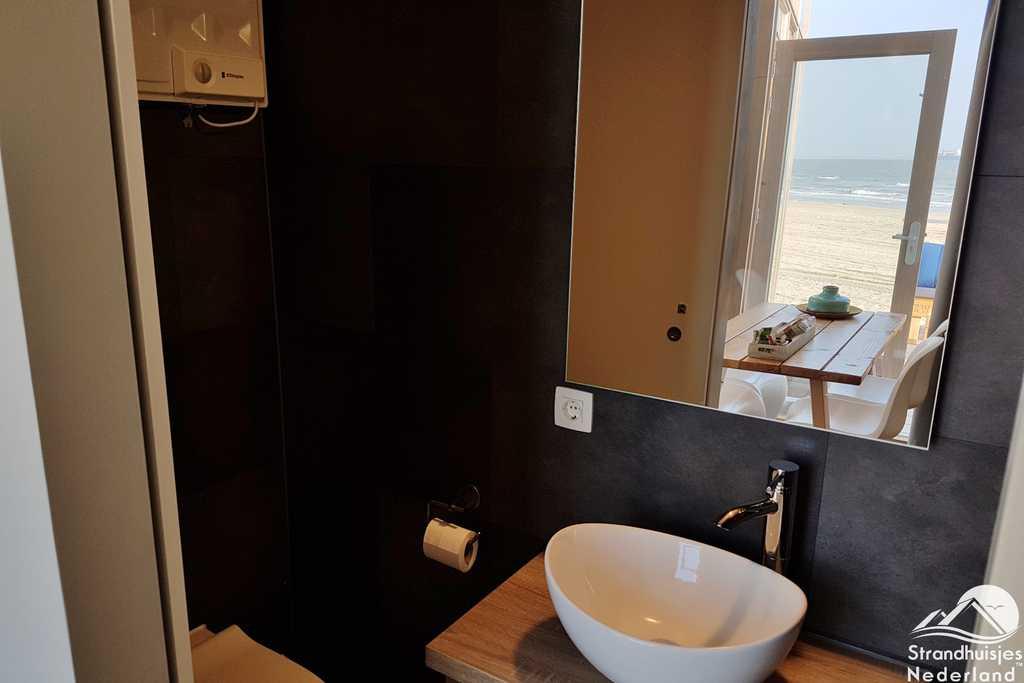 Badkamer strandhuisje Nieuwvliet