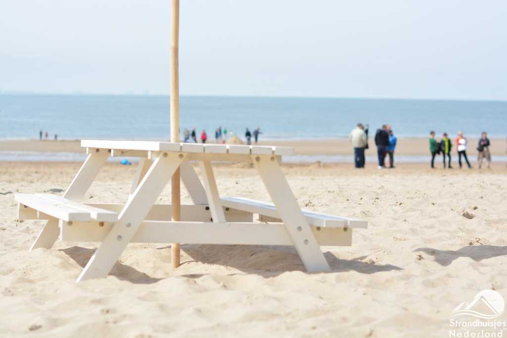 Picknicktafel voor het strandhuisje in Vlissingen