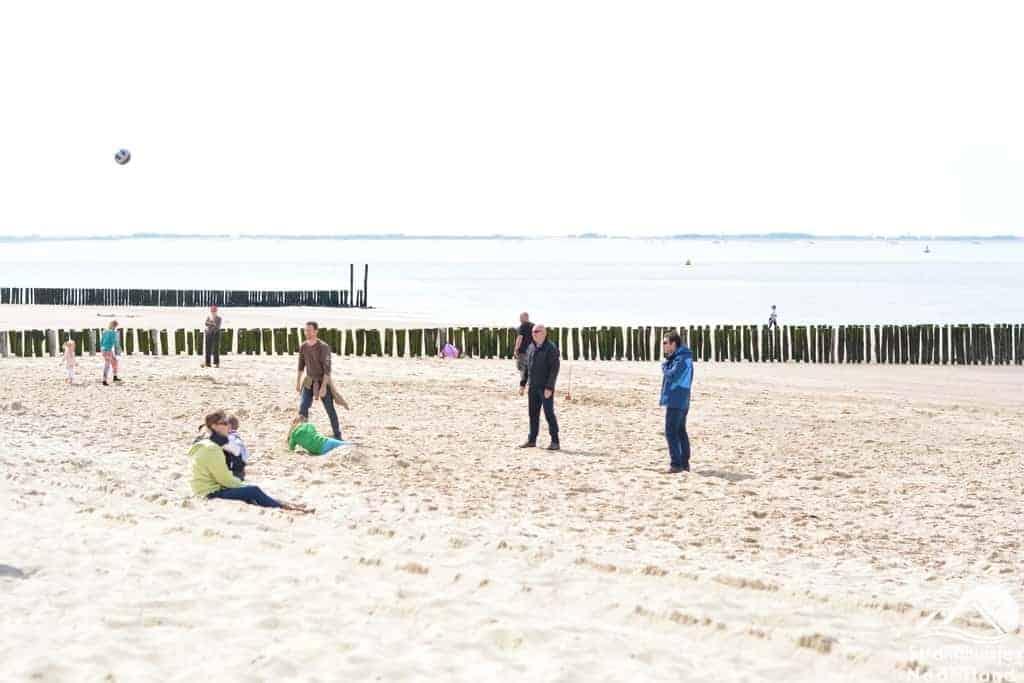 Potje voetballen op het strand
