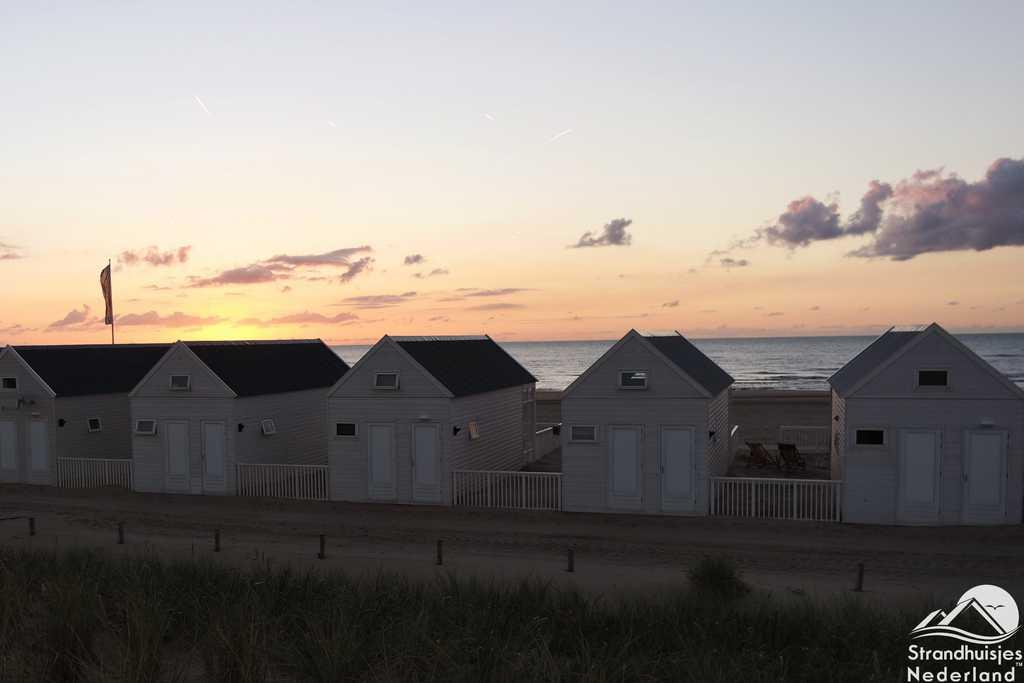 Zonsondergang huisjes aan zee