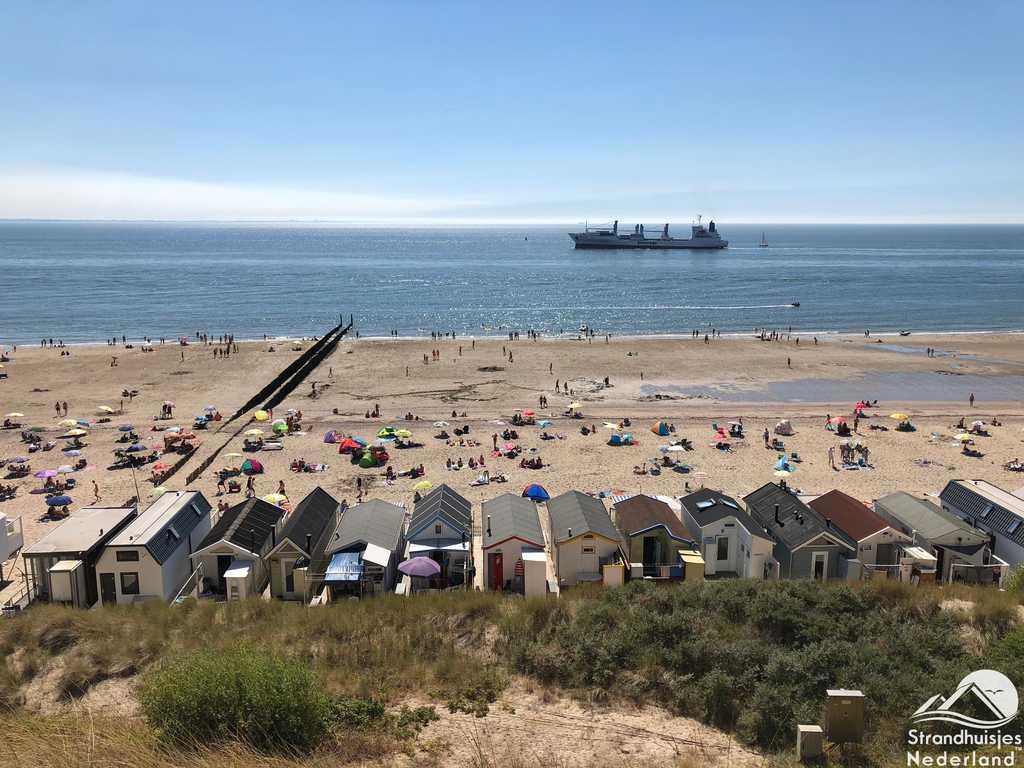 Strandhuisjes Westduin met zicht op zeeschepen