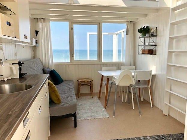 Interieur strandhuisje met zicht op zee