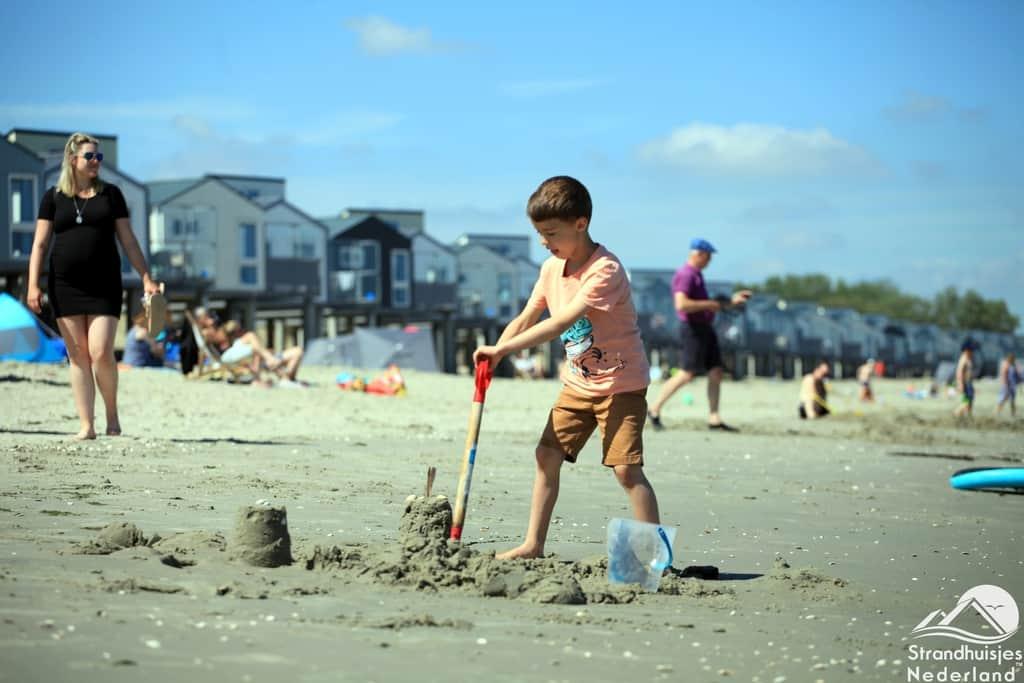 Zandkasteel bouwen bij strandhuisjes Kamperland.
