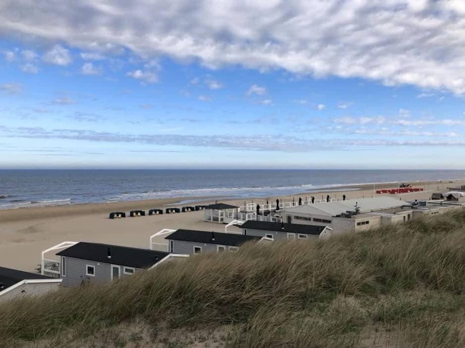 Strandhuisjes met zicht op strand en Noordzee