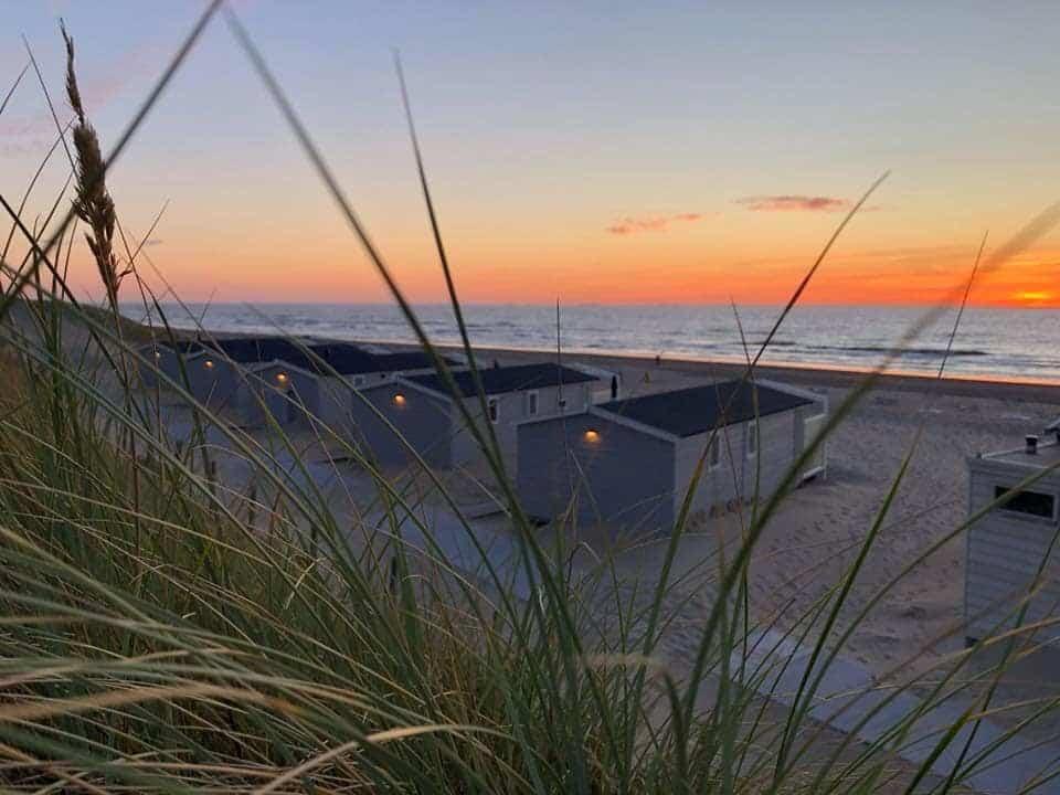 Zonsondergang strandhuisjes Noordwijk